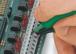 Серия 236: Вставка проводника при помощи 3,5 мм отвертки. Поместить отвертку параллельно входу проводника.