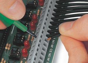 Серия 236: Вставка проводника при помощи 3,5 мм отвертки. Поместить отвертку перпендикулярно входу проводника.