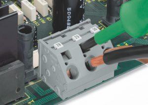 Серия 745: Вставка проводника при помощи 5,5 мм отвертки.