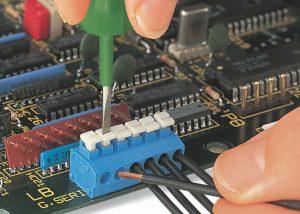 Серия 235: Вставка / извлечение тонкого многожильного проводника при помощи нажимной кнопки