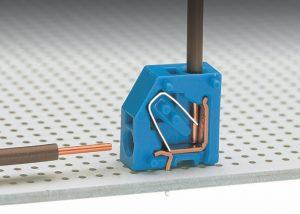 Серия 253: Вставка одножильного проводника путем без инструмента. Горизонтально или вертикально