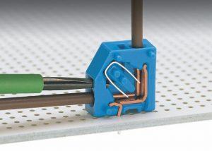Серия 253: Извлечение проводника при помощи 2,5 мм отвертки