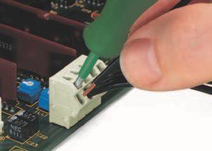 Серия 254: Вставка / извлечение многожильного проводника при помощи инструмента