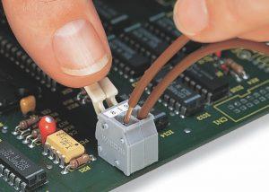 Серия 255: Вставка / извлечение проводника при помощи рычага, приводимого в действие пальцами
