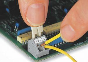 Серия 256: Вставка / извлечение проводника при помощи рычага, приводимого в действие пальцами